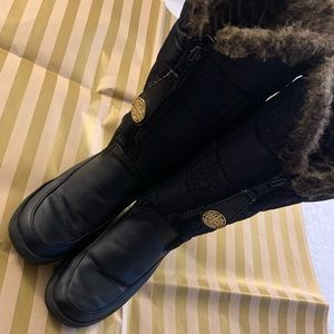 Women's boots with Faux fur inside in black size 9